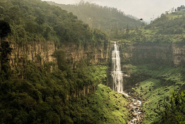 Un acantilado y una cascada de 157 metros
