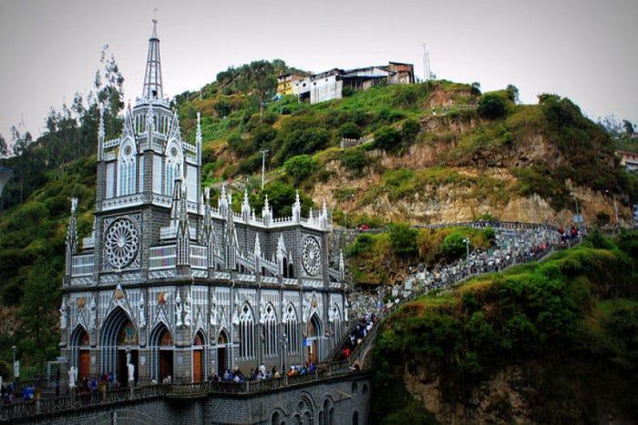 Una iglesia construida sobre un cañón_opt