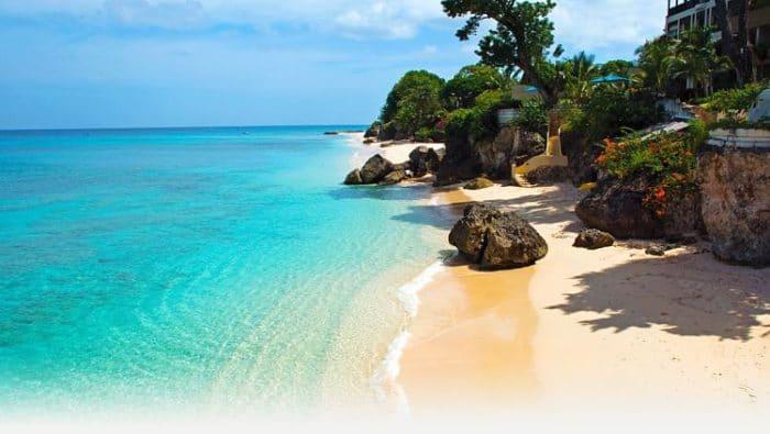 Impresionante costa de la Isla de Barbados con sus aguas cristalinas