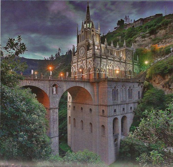 Imponente vista nocturna del Santuario sobre el puente