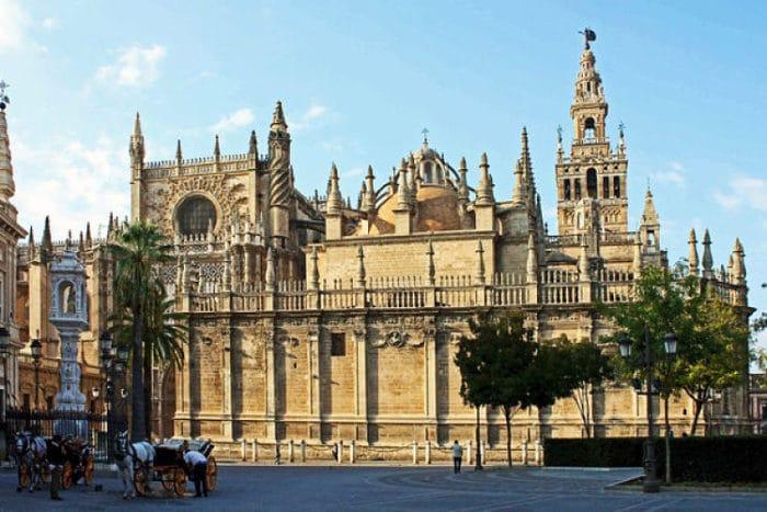 Vista de la Catedral por uno de sus costados
