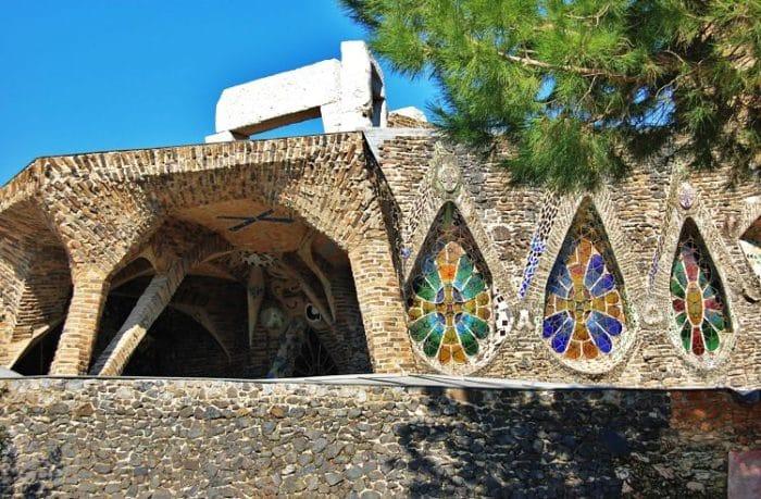 En esta vista podemos apreciar los coloridos ventanales de la cripta