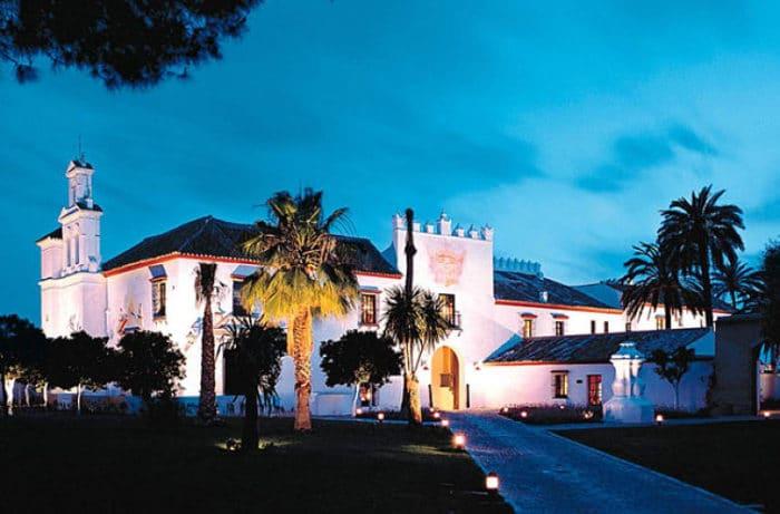 Fachada del Hotel El bulli en la Hacienda Benazuza