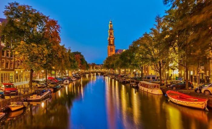Hermosa panorámica del Canal de Amsterdam