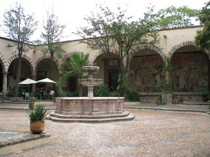 Patio central y fuente del Instituto Allende