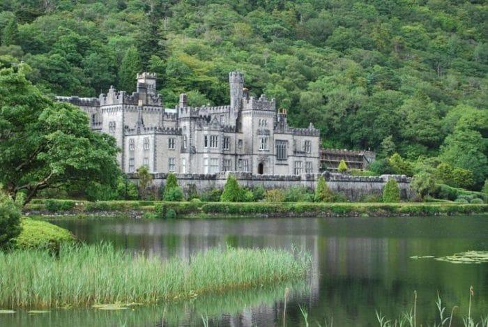 Vista de Kylemore Abbey en Galway, Irlanda