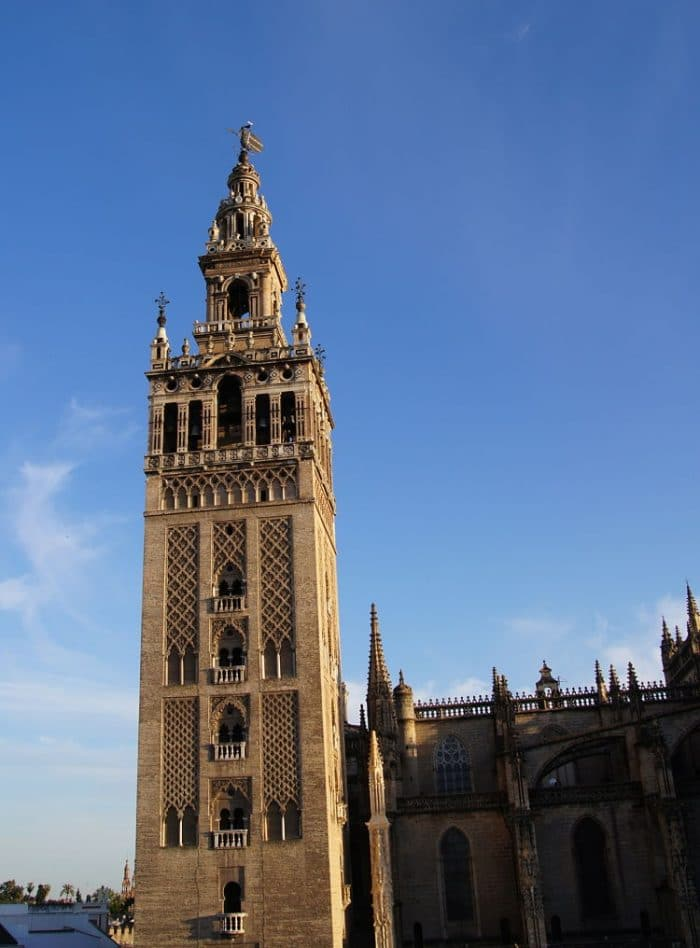 Vista de La Giralda, imponente campanario de la Catedral de Santa María de la Sede