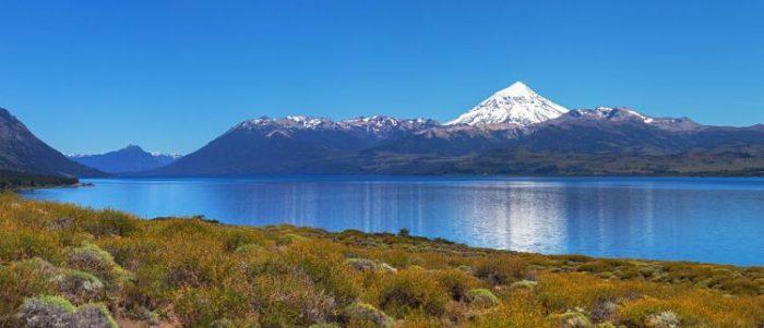 Lago con el Volcán Lanin al fondo