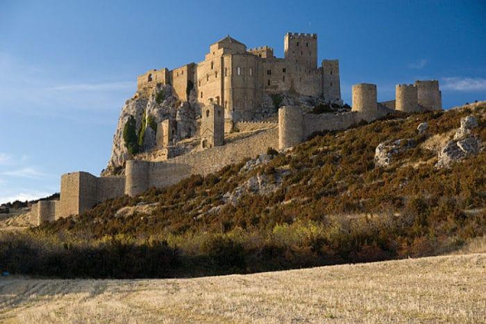 Desde la llanura cercana se aprecia el complejo del Castillo de Loarre