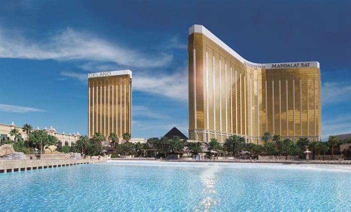 Edificios y bahía artificial del Mandalay Bay en Las Vegas
