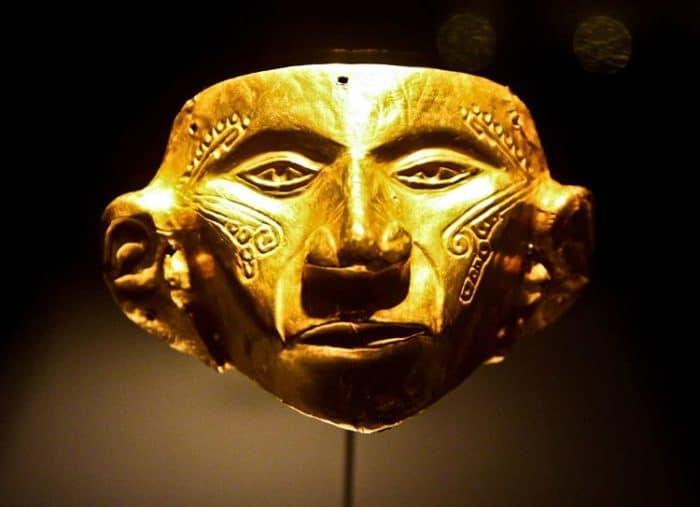 Máscara precolonial  en oro sólido, parte de la colección del Museo