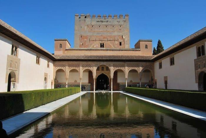 La piscina rectangular sirve como espejo para reflejar la extraordinaria estructura