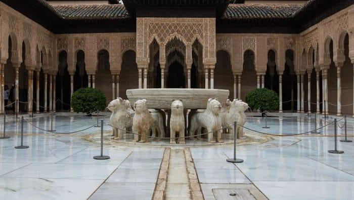 Magnifica vista del Patio de los Leones a la entrada del Palacio