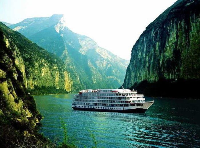 Uno de los cruceros turísticos cruza el Yangtzé