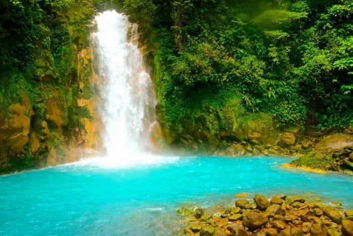 El impresionante color de las aguas del Río Celeste hipnotizan