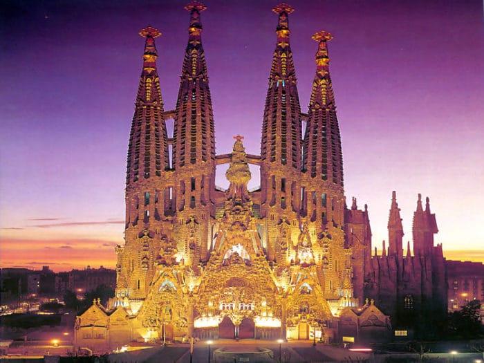 Vista de la Sagrada Familia en un mágico atardecer Barcelonés