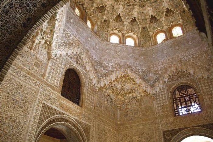 Parte del hermoso trabajo que decoran la Alhambra