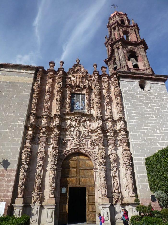 Se pueden apreciar las múltiples estatuas que decoran la fachada