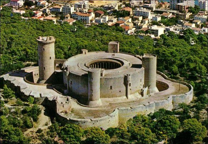 En esta vista aérea se puede apreciar la estructura completa del Castillo Bellver