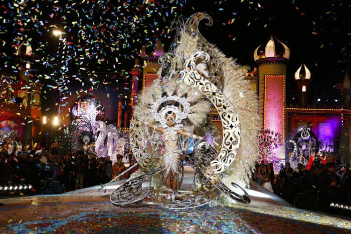 Parte del desfile de una de las concursantes a Reina de Los Carnavales