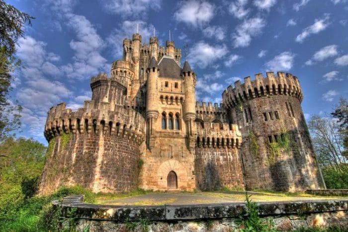 Monumental vista frontal del Castillo de Butrón