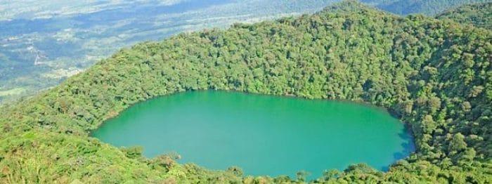 Vista aérea de la cima de Cerro Chato y su laguna