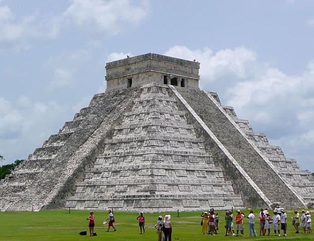 Imponente vista de la pirámide del complejo arqueológico Chichen Itzá