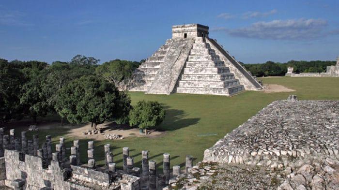 Vista de la pirámide dentro del complejo de Chichén Itzá