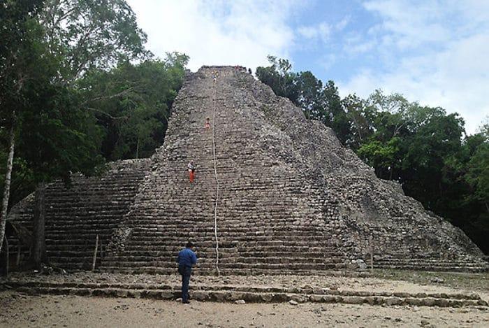Vista frontal de la pirámide en Cobá, la más alta de México