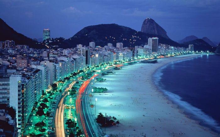 Impresionante vista de la costa en Copacabana de noche