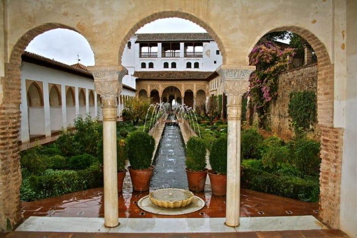 Vista de uno de los jardines de Los Alcázares