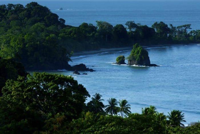 El verde de la vegetación fundido con el azul del mar, paraíso incomparable