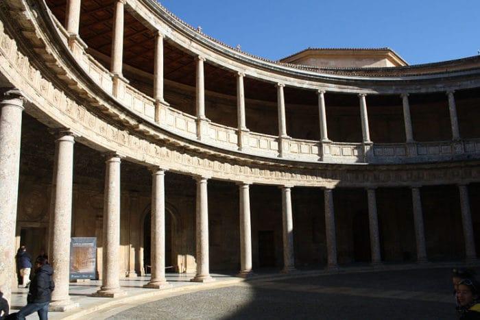 Patio interno del palacio con su irrefutable estilo Romano