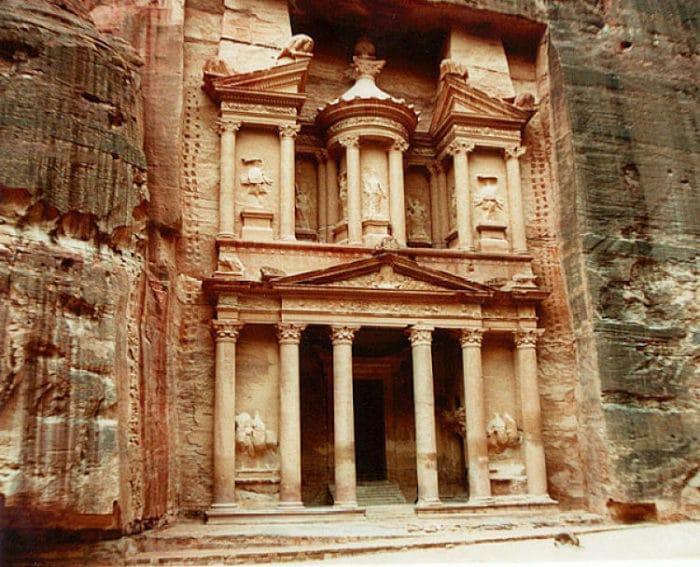 Una de las fachadas esculpidas en piedra. Petra, Jordania