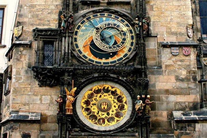 Se pueden apreciar el Reloj Astronómico y el Calendario