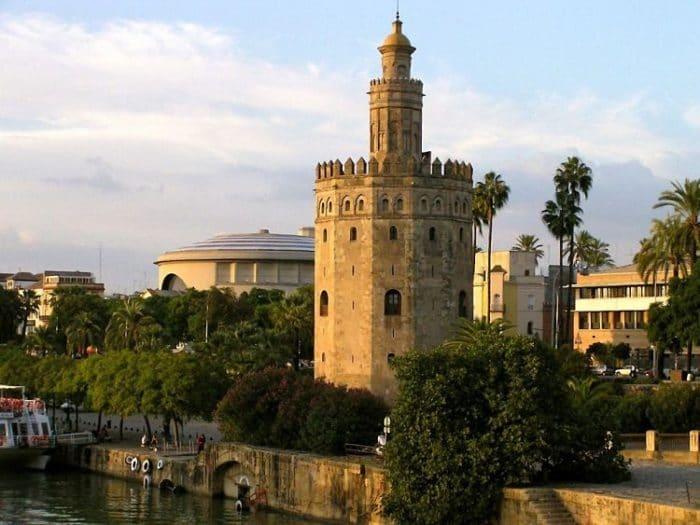 Vista de la Torre del Oro en la riviera del Guadalquivir