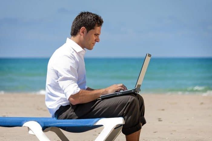 Usa el recurso del Internet para informarte de precios y rutas de vuelo