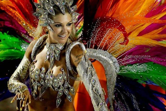 Garota con elaborado traje durante el desfile de las Escuelas de Samba
