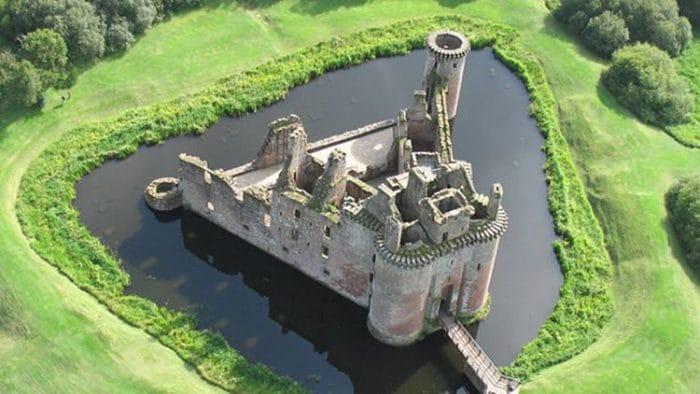 Vista panorámica de la única estructura del Castillo de Caerlaverock