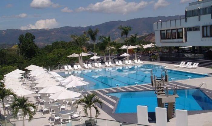 Vista de la extraordinaria área de piscina del Hotel Club Campestre, Bucaramanga.