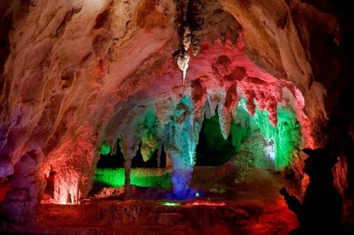 Preciosamente iluminadas, estas cuevas sólo esperan por ti