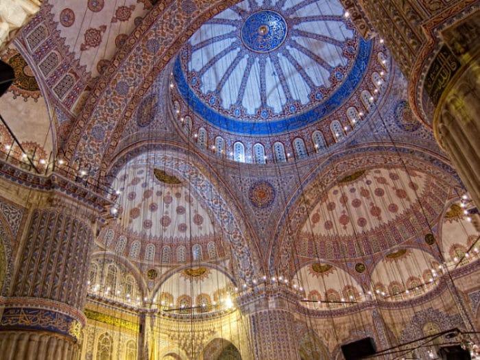 Vista interior de la Mezquita Azul en Estambul