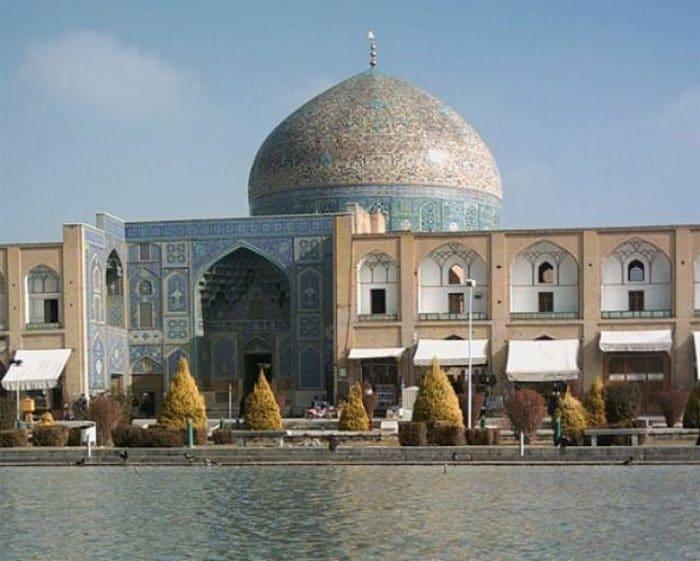 Hermoso trabajo de decoración exterior de la Mezquita del Jeque Lotf Allah
