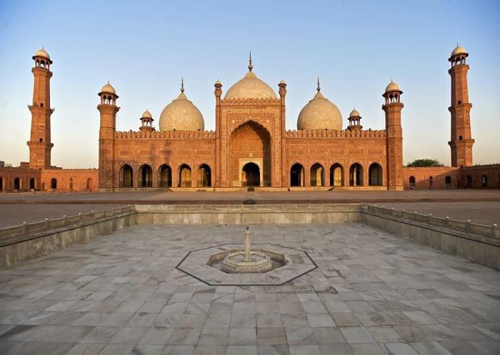 Hermosa vista del patio, fuente y estructura de la Mezquita del Emperador