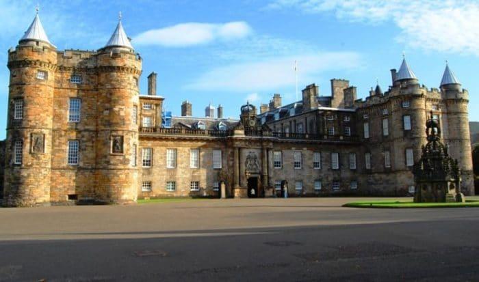Imponente frente del Palacio Holyrood