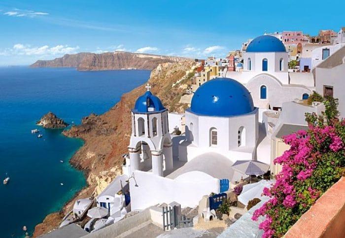 Hermosa vista de Santorini, uno de los lugares más buscados para luna de miel en Grecia