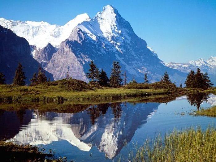 Una vista de ensueño de montaña de los Alpes Suizos