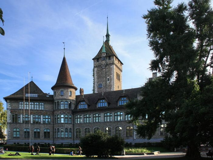 Vista de uno de los costados del Museo Nacional de Zurich