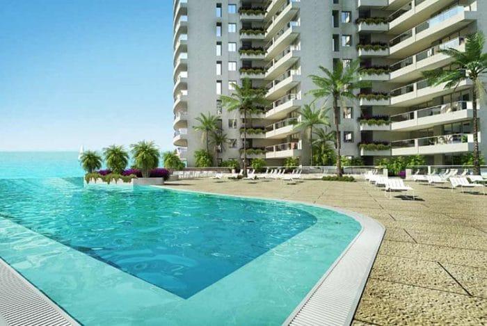 Uno de los edificios y piscina del Resort Irotama