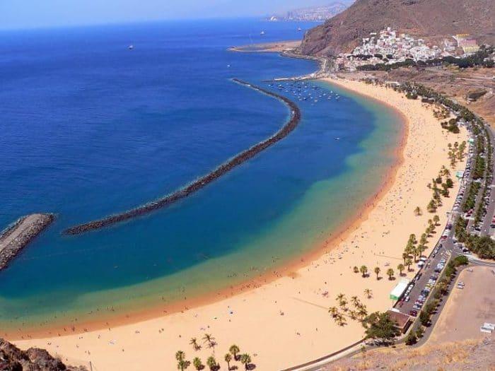 Se pueden apreciar los cambios hechos en la playa. La arena, el escalón y el rompeolas